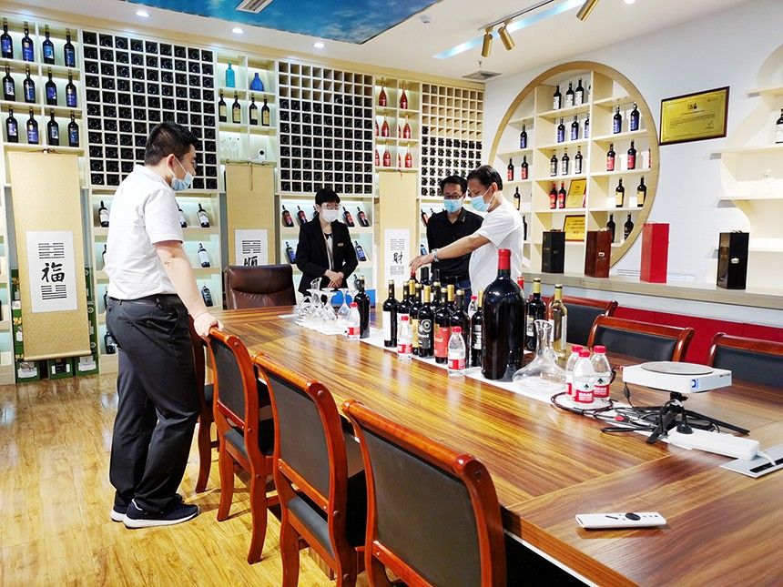 烟台葡萄酒加盟|烟台刘总前来枞木国际酒庄考察参观